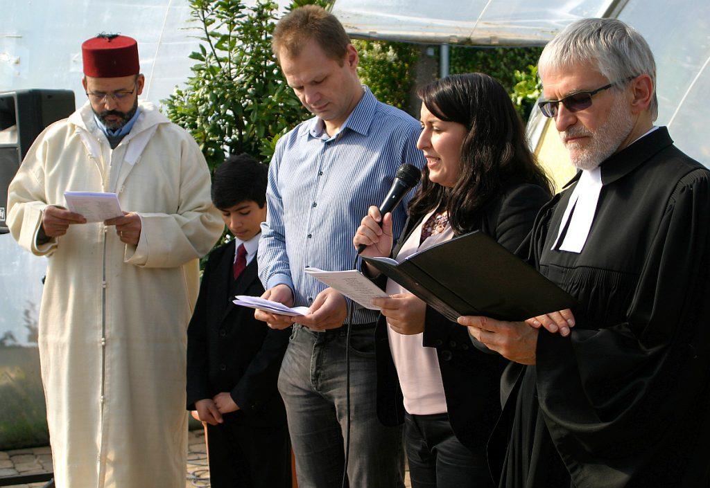 Abderrahim En-Nosse, Ahmed Erol, Peter Kubik, Tugba Sahin und Helmut Schütz beten gemeinsam