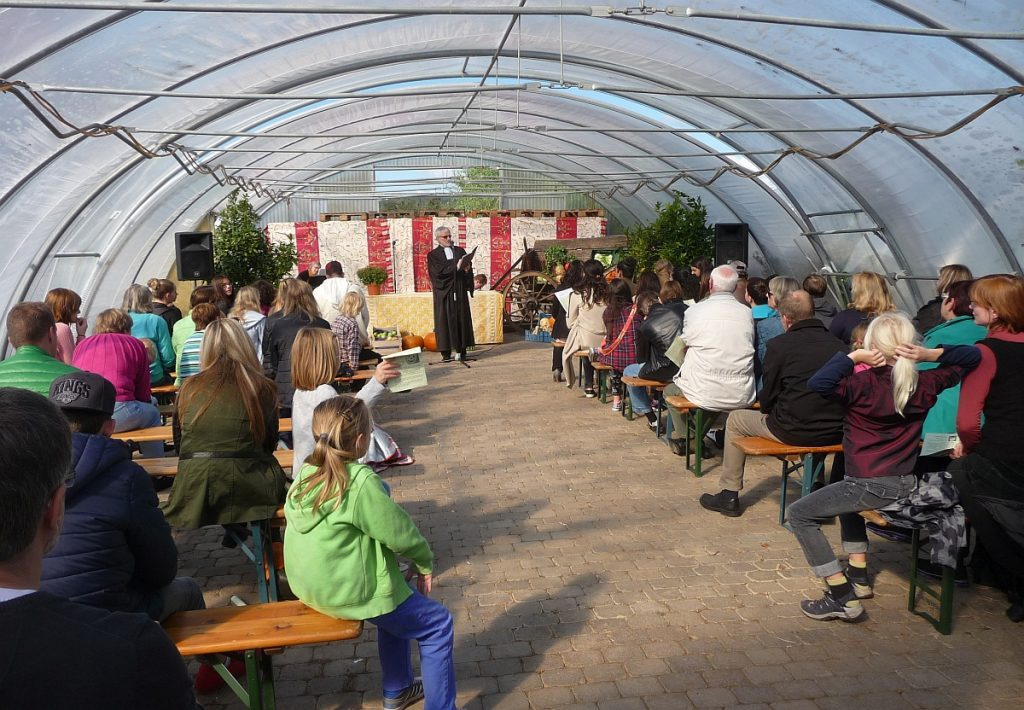 Gut besetzt war das Gewächshaus der Gärtnerei Koch beim interreligiösen Erntedankfest