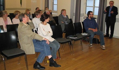 Dr. Hauschild erläutert dem Publik seine Thesen