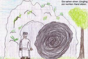 Ein junger Mann in weißem Zeug steht im Grabeingang, neben dem der große schwarze Stein liegt. Rechts ein grüner Baum, der Felsen, in dem das Grab liegt, ist an vielen Stellen grün bewachsen.