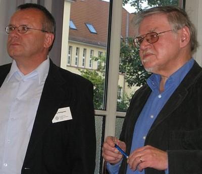 Dr. Hans-Ulrich Hauschild (rechts) gemeinsam mit Pfarrer Klaus Weißgerber von der Evangelischen Stadtkirchenarbeit Gießen beim Vortrag am 4. Juli 2007