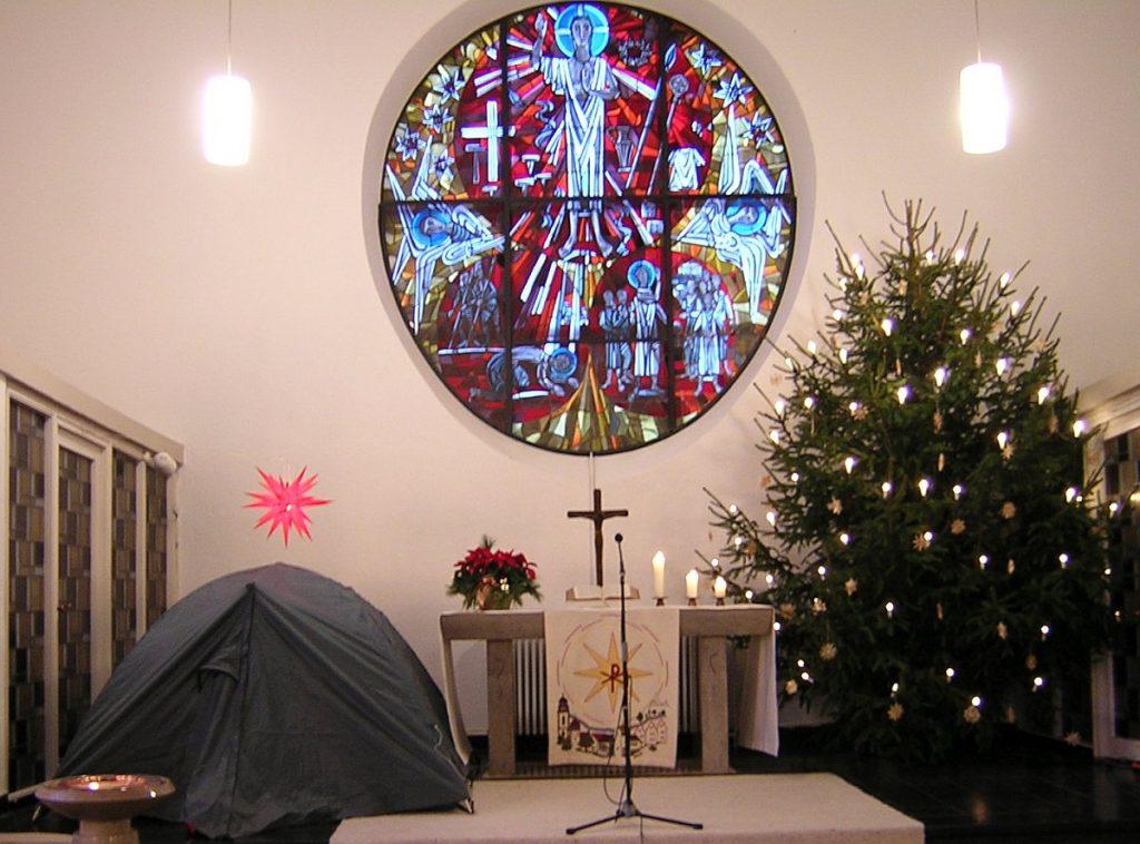 Der Altarraum der Pauluskirche mit einem Zelt gegenüber vom Weihnachtsbaum