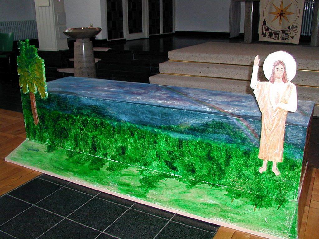 Die von Ingrid Walpert gestaltete ART-Bank in der Pauluskirche mit dem segnenden Jesus rechts und einer Palme links