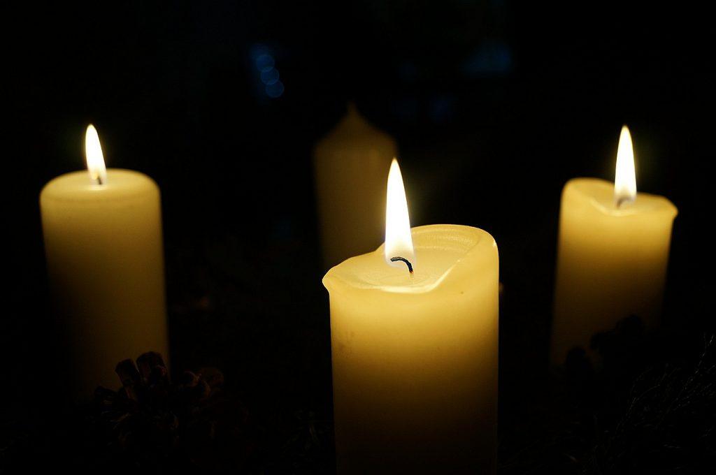Drei von vier Kerzen brennen im Advent