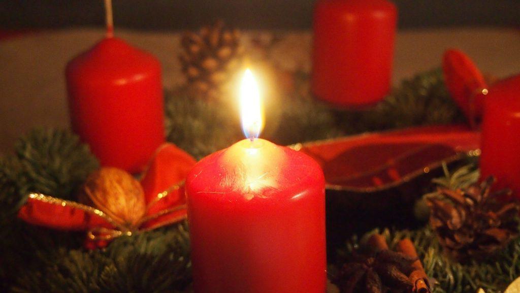 Eine Kerze brennt am Adventskranz (Foto: pixabay.com)