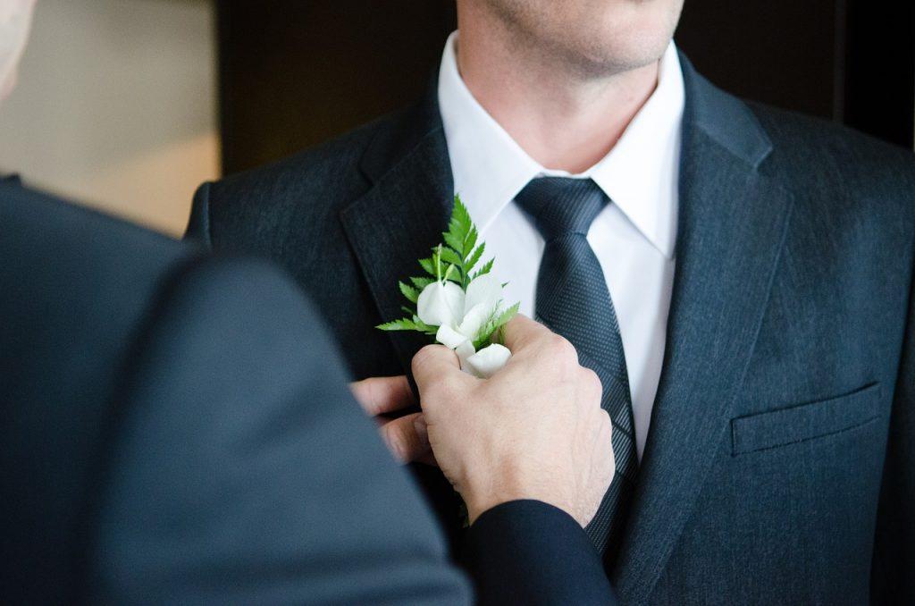 Ein Bräutigam mit Blume im Knopfloch