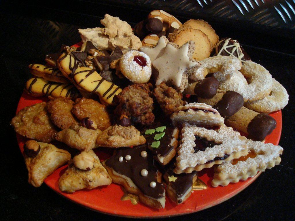 Ein bunter Teller mit Gebäck zu Weihnachten