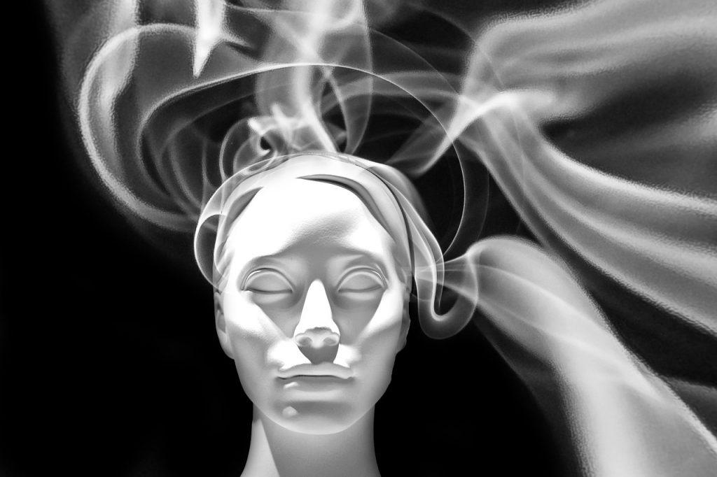 Weibliches Gesicht von Rauch umgeben
