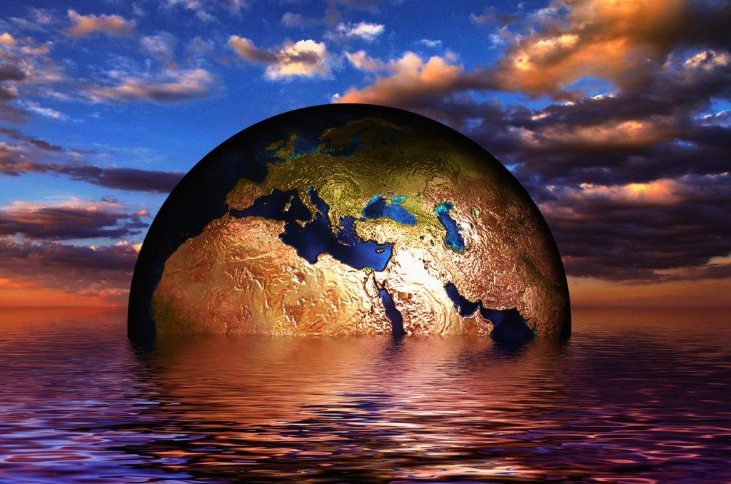 Ein Globus, der im Meer schwimmt