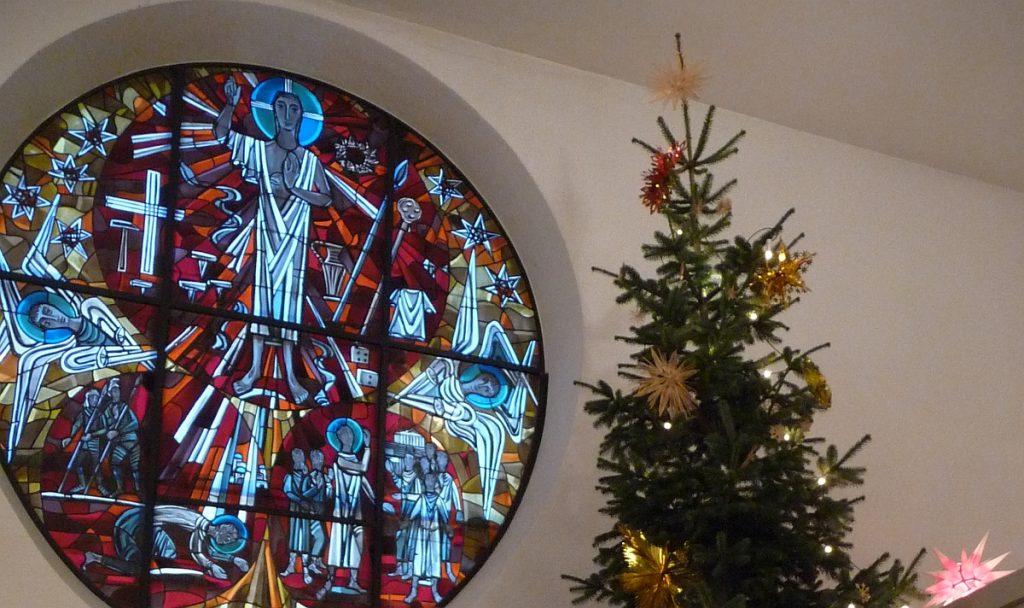 Der Weihnachtsbaum neben dem Altarfensterbild der Pauluskirche