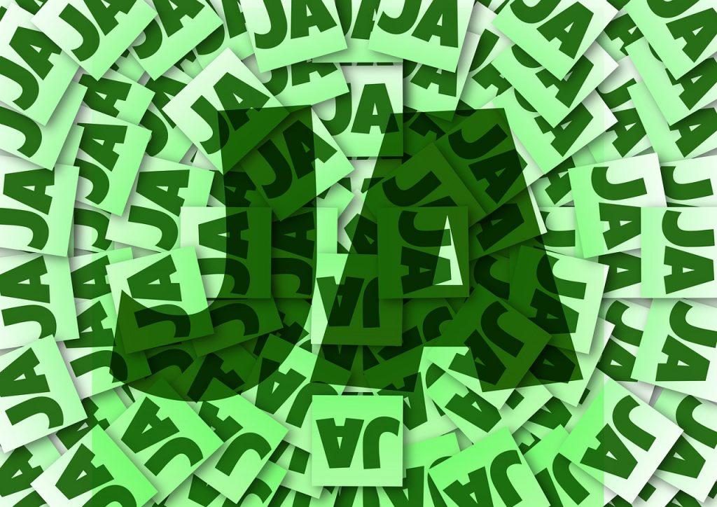 """Lauter Zettel mit dem Wort """"JA"""" darauf und ein großes """"JA"""" in der Mitte"""