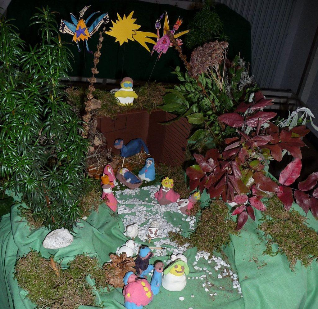 Eine aus Knetmasse von Kindern gestaltete Krippenlandschaft