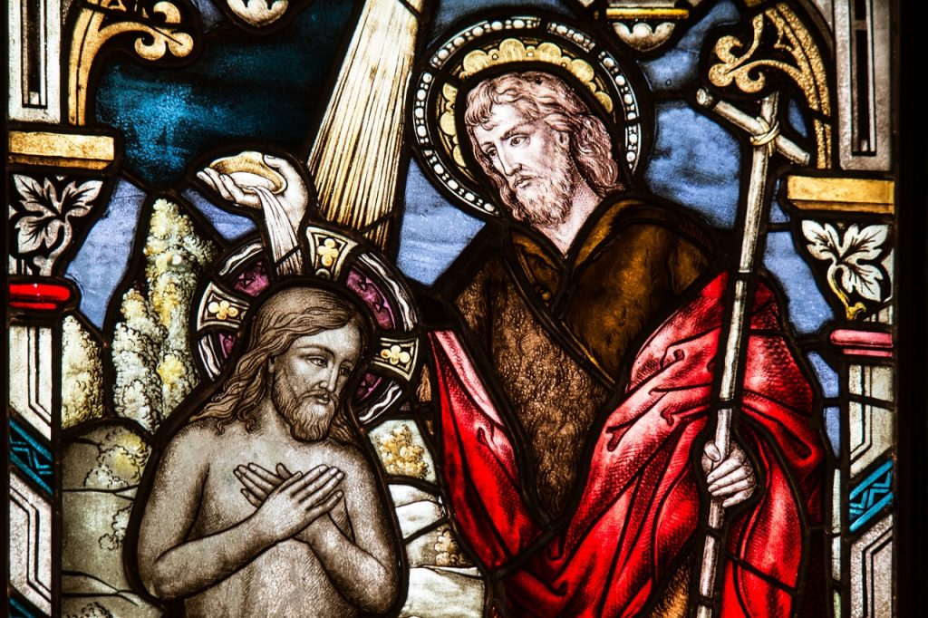 Kirchenfenster mit Johannes dem Täufer, der Jesus tauft