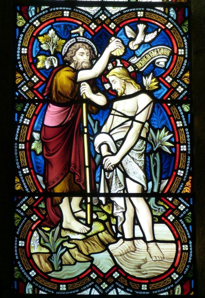 Ein Kirchenfenster zeigt die Taufe Jesu durch Johannes den Täufer