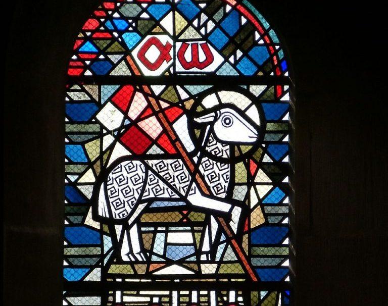 Ein Lamm, das auf einer Fahne die Buchstaben Alpha und Omega trägt