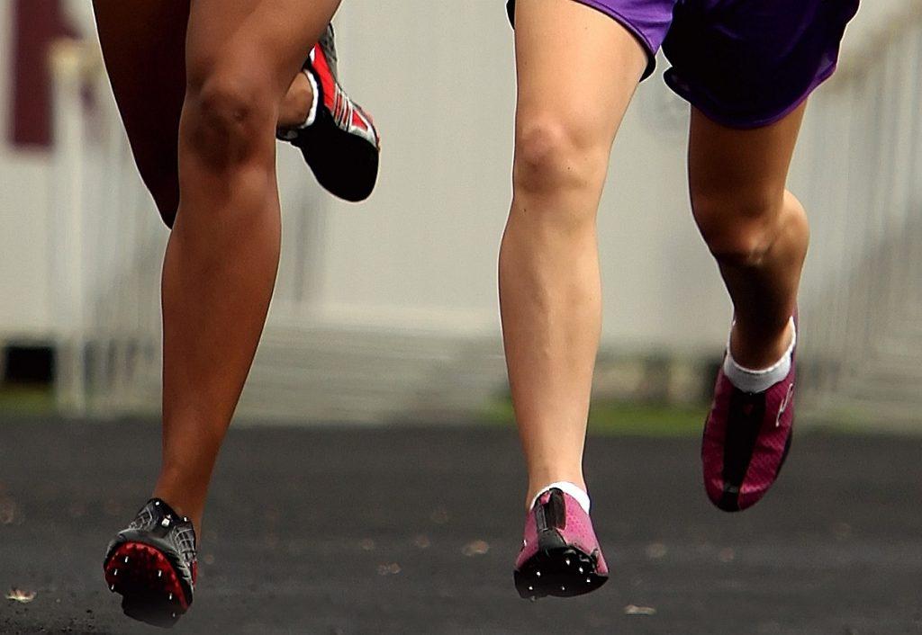 Zwei mal zwei Beine von Läuferinnen