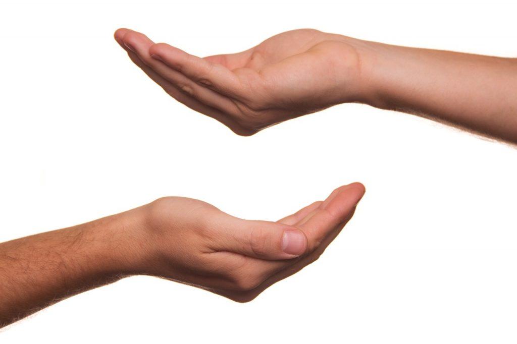 Zwei leere, nach oben geöffnete Hände
