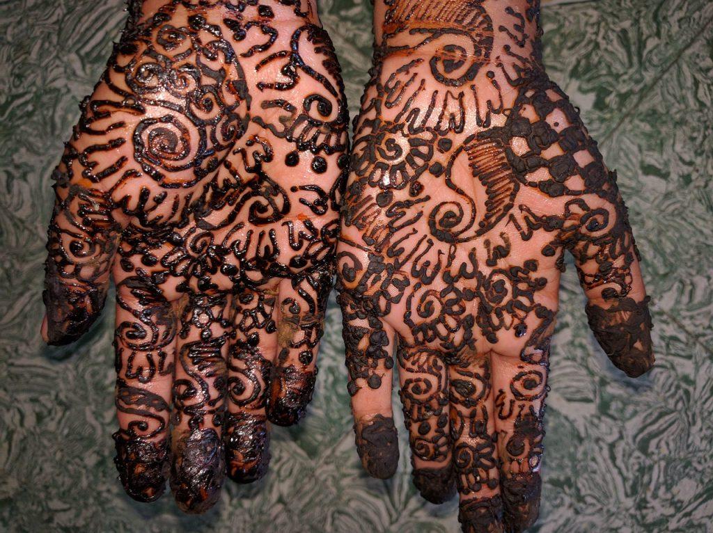 Mehndi: mit Henna bemalte Hände