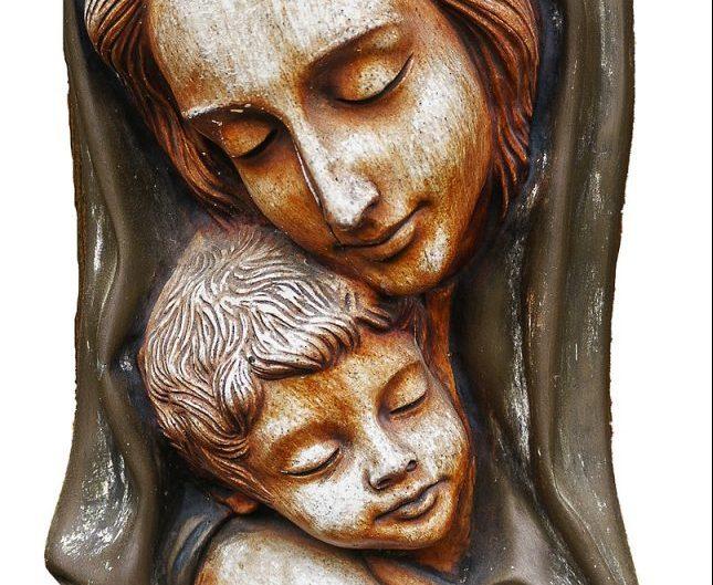 Eine Mutter umfängt ihren Sohn mit ihren Armen