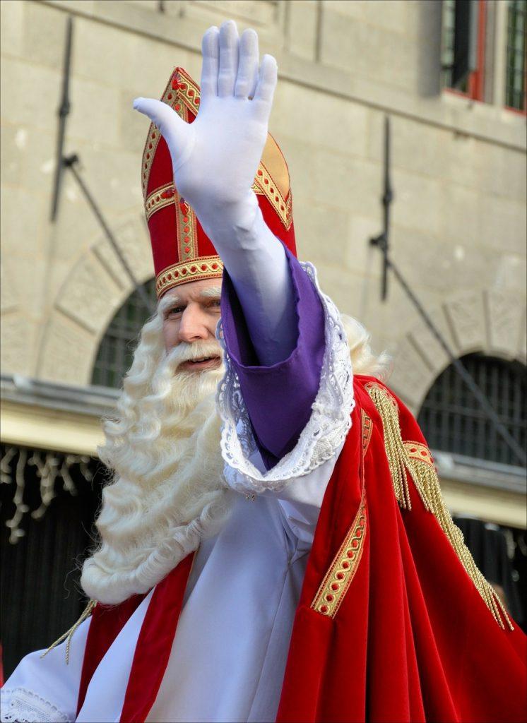 Winkender Nikolaus mit Mitra bei einem Nikolausumzug in Holland