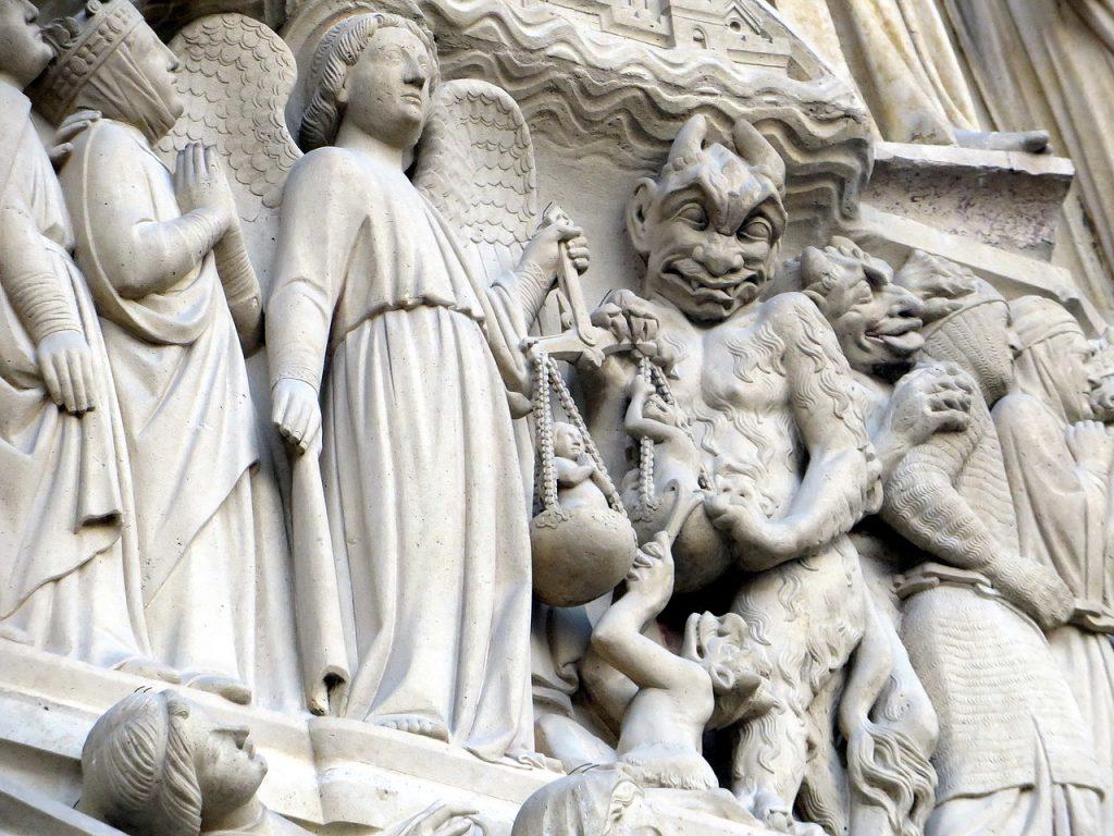 Teufelsfiguren zwischen Heiligen und dem Erzengel Michael an Notre Dame