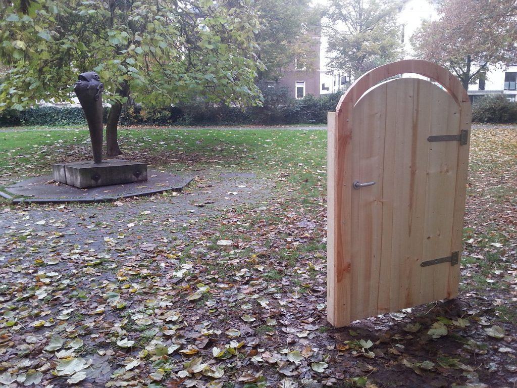 Freistehende Tür im Theaterpark Gießen