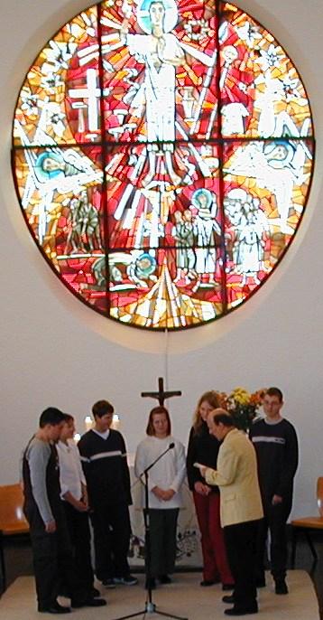"Gruppe ""Kinder helfen Kindern"" unter dem Paulus-Altarfenster"