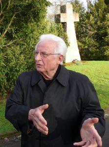 Alfred Joswig am 4. April 2010 vor dem Steinkreuz