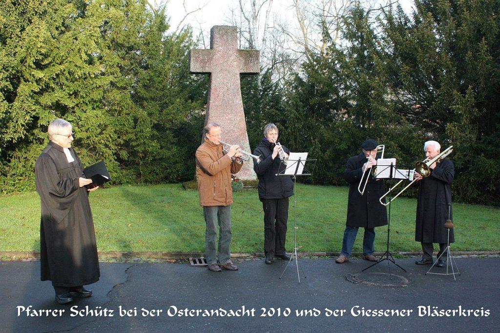 Pfarrer Schütz bei der Osterandacht 2010 mit dem Gießener Bläserkreis