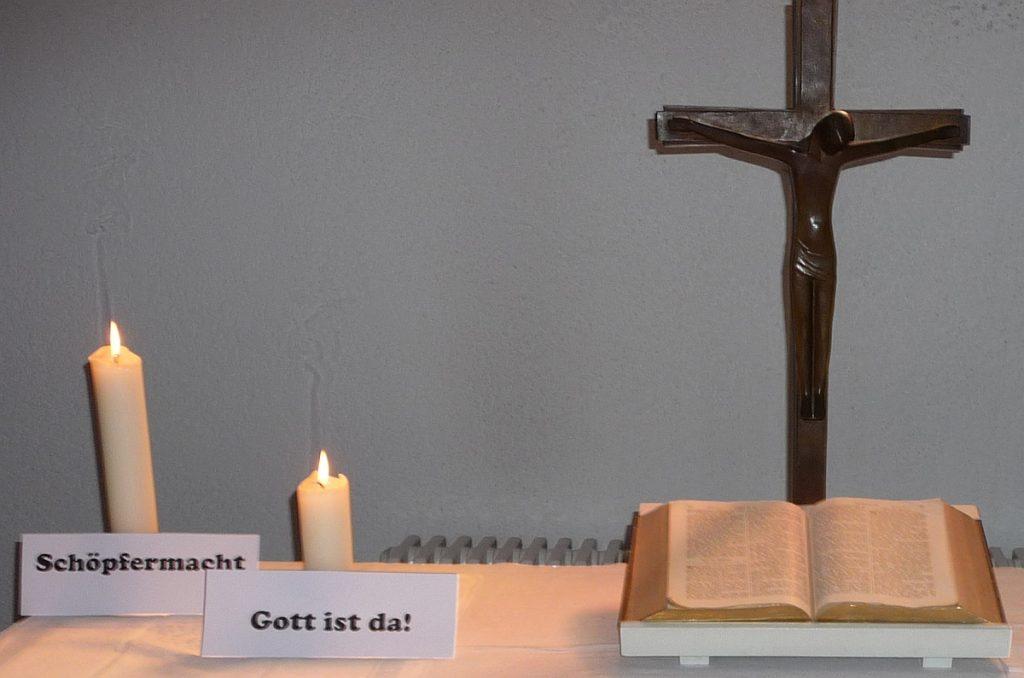 """2. Kerze neben dem Altarkreuz der Pauluskirche: """"Schöpfermacht"""""""