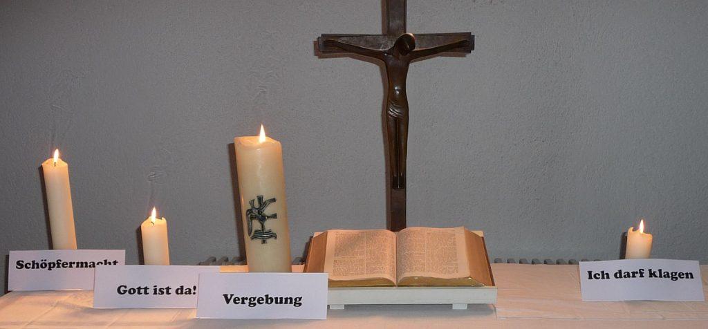 """4. Kerze neben dem Altarkreuz der Pauluskirche: """"Ich darf klagen"""""""