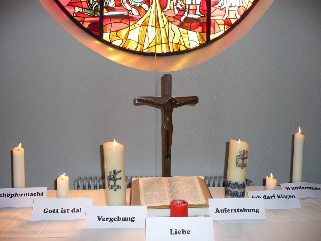 Noch einmal alle sieben Kerzen vor dem Altarfenster der Pauluskirche