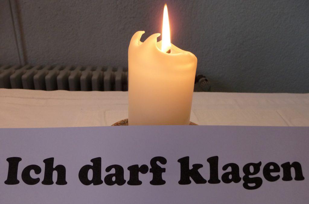 """Kerze auf dem Altar der Pauluskirche mit dem Schriftzug """"Ich darf klagen"""""""