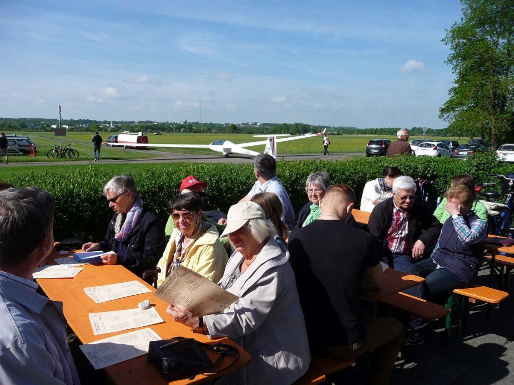 Blick von den Gottesdienstteilnehmern zum Flugplatz