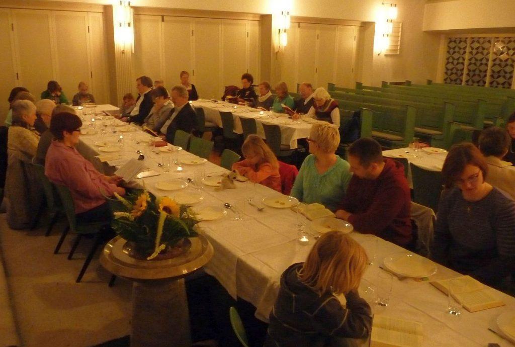 Gäste beim Tischabendmahl an Gründonnerstag 2016 in der evangelischen Pauluskirche Gießen