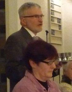 Pfarrer Helmut Schütz spricht die Einsetzungsworte des Heiligen Abendmahls