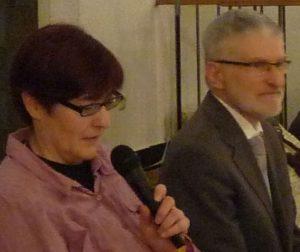 Prädikantin Gaby Engel und Pfarrer Helmut Schütz sprechen die Einsetzungsworte des Heiligen Abendmahls