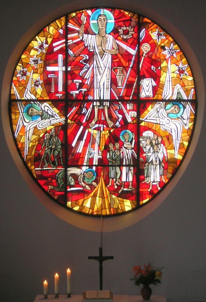Altarfensterbild der evangelischen Pauluskirche Gießen mit Altarschmuck