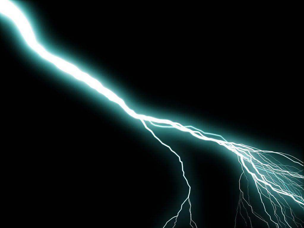 Ein Blitz, der quer über den schwarzen Himmel schießt