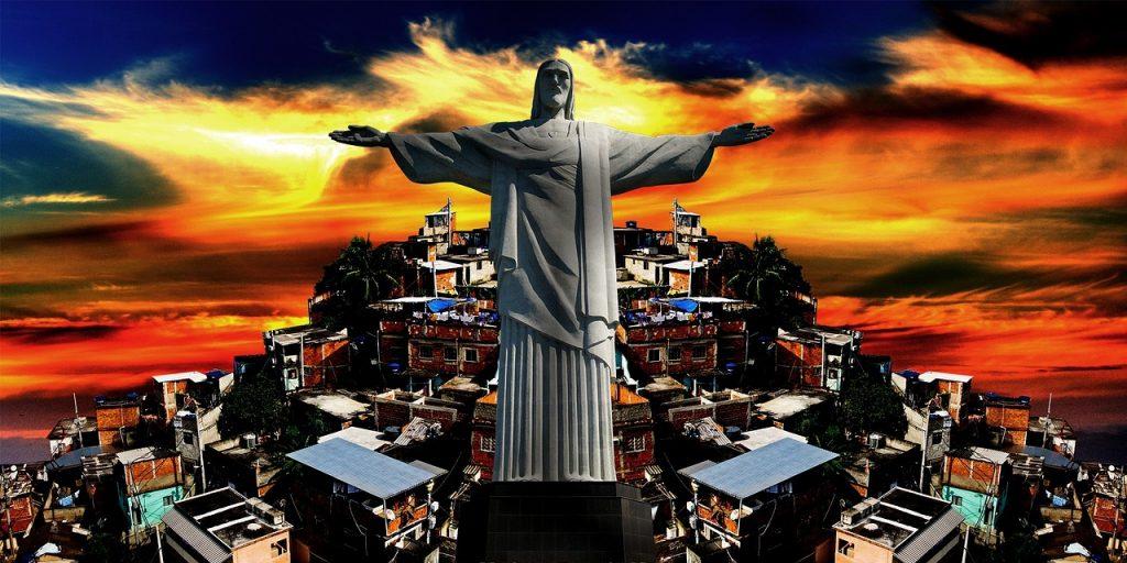 Die Christus-Statue über den Favelas von Rio de Janeiro