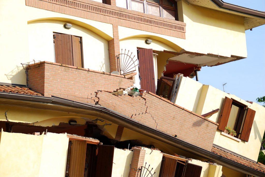 Ein Haus, das bei einem Erdbeben auseinanderbricht