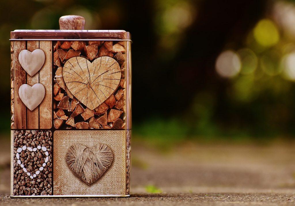 Eine mit Herzsymbolen verzierte Dose