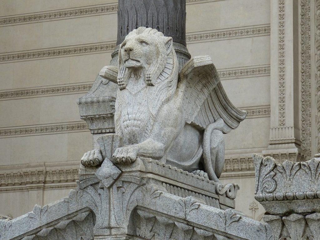 Geflügelter Löwe als Steinfigur an einer christlichen Basilika