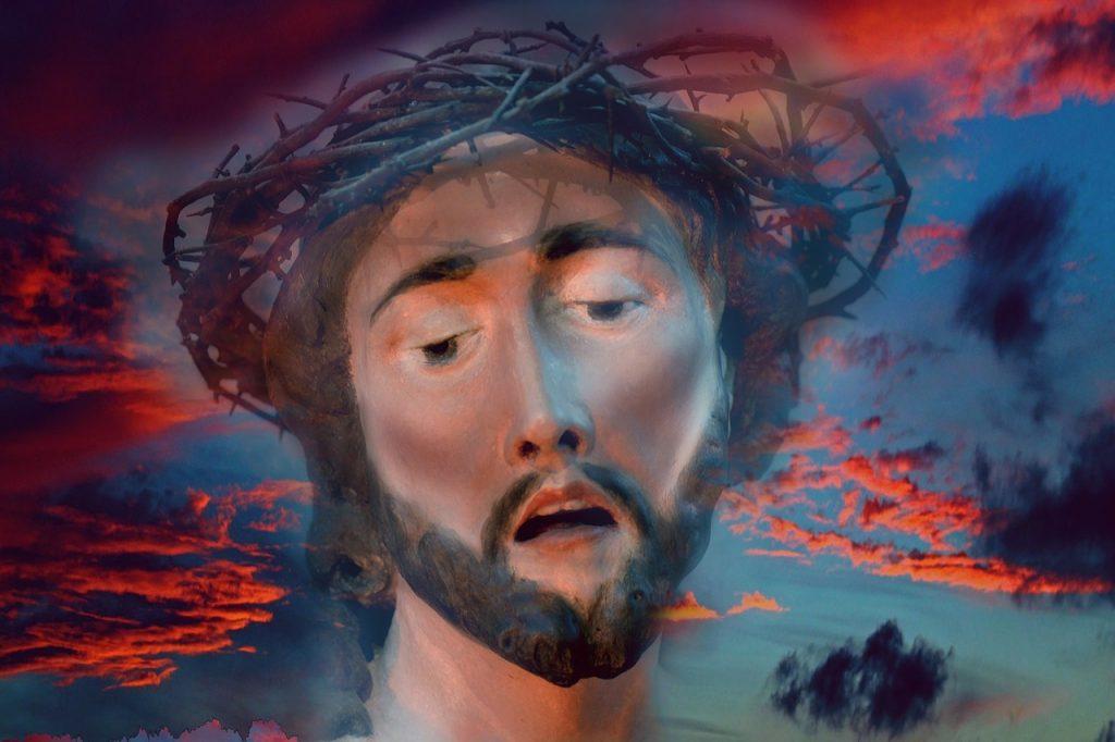 Jesus Christus mit Dornenkrone und rotblauem Himmel im Hintergrund (Gemälde)