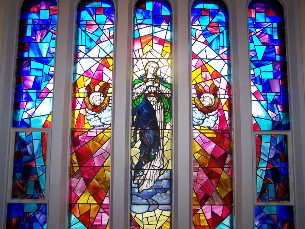 Kirchenfenster mit Christi Himmelfahrt: Christus von zwei Engeln begleitet