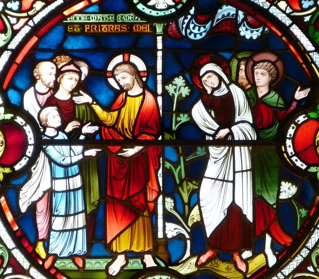 """Kirchenfenster mit Jesu Wort """"Siehe das sind meine Mutter und meine Brüder!"""""""