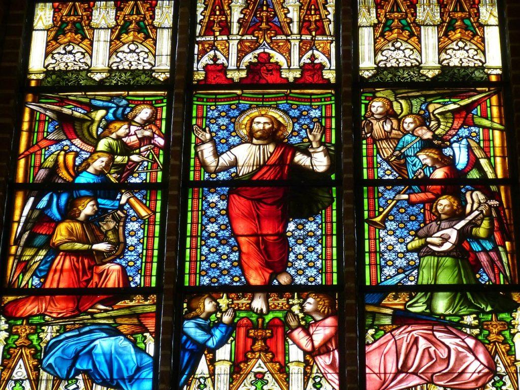 Kirchenfenster über Christi Himmelfahrt, der von Engeln umgeben ist, die Posaune, Laute und Harfe spielen