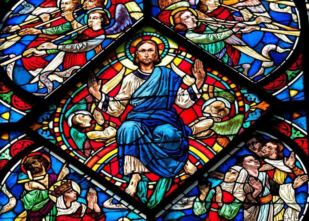 Kirchenfenster mit Christus als Weltenrichter