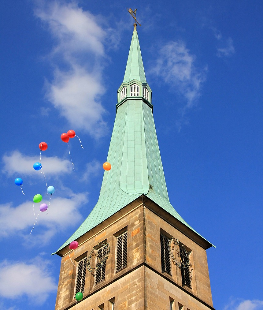 Kirchturm mit Luftballons