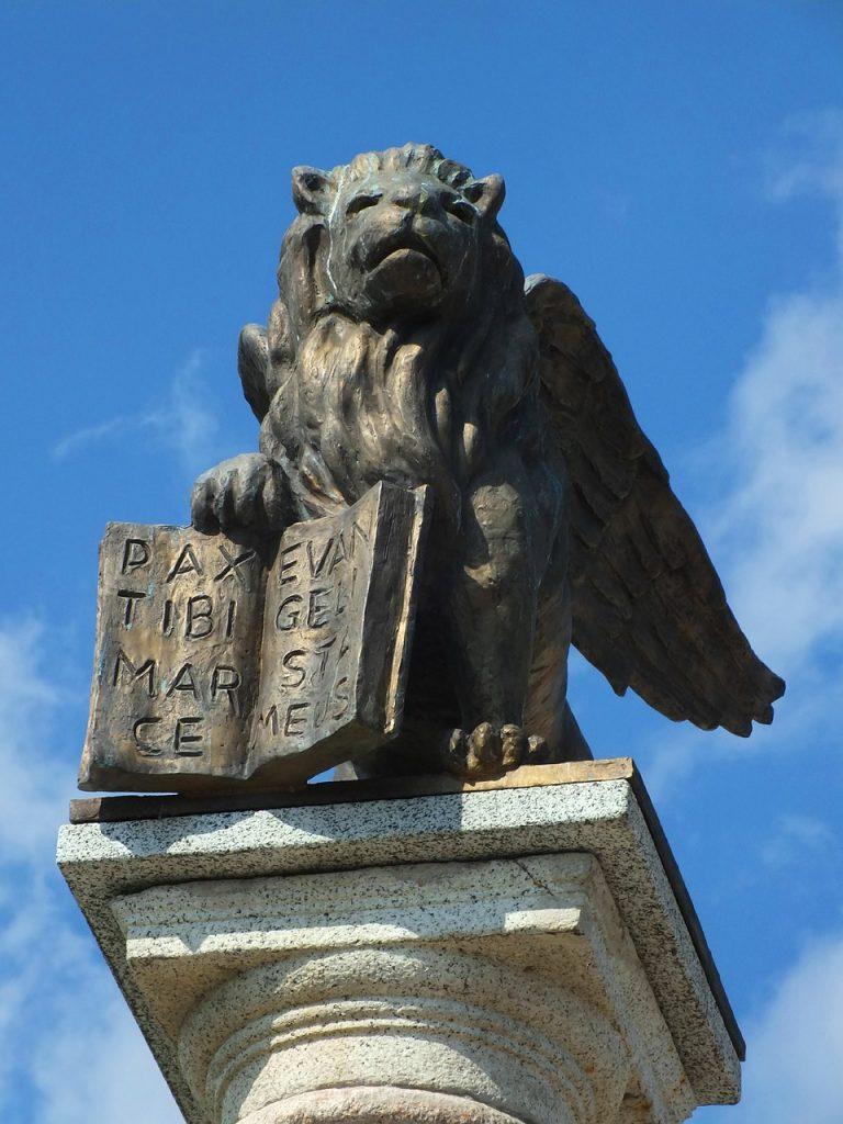 Die Statue des Evangelisten Markus im Symbol des Löwen in Salo Garda in Italien (mit aufgeschlagenem Buch: Pax tibi Marce, Evangelista meus.
